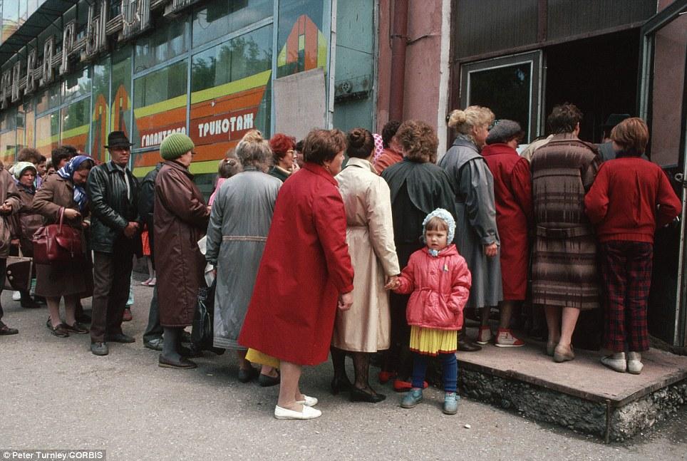 Livet i Sovjetunionen var preget av kø og lav levestandard. Foto: dailymail.co.uk