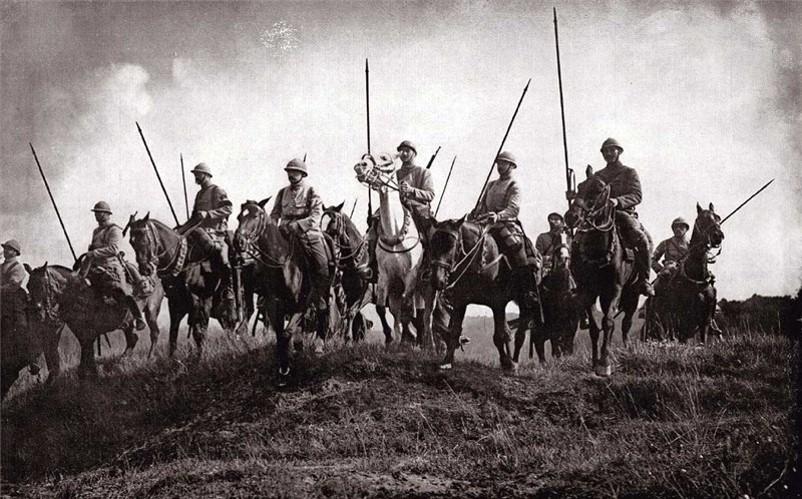 Kavaleri - soldater til hest. Dette er faktisk et bilde fra første verdenskrig.