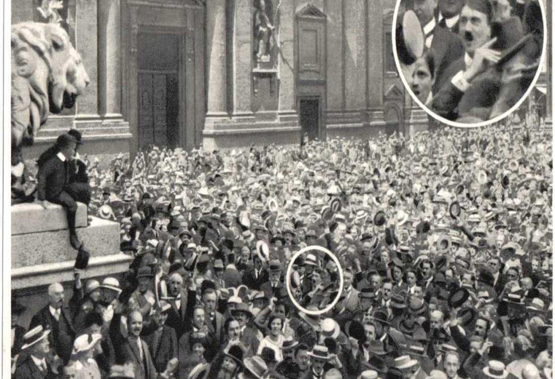 Krigsbegeistring i München august 1914. Er det ikke noe kjent med den unge mannen med bart?