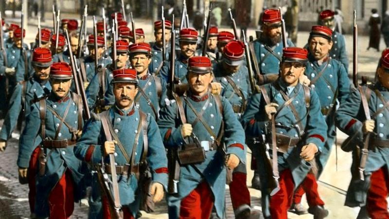 """Les pantalons rouges, c'est la France"". Et kolorert bilde som viser franskmennenes uniform i 1914."
